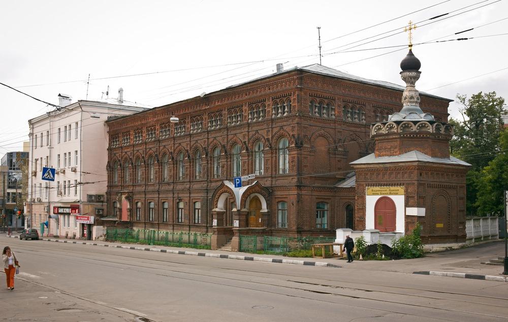 Дом георгиевского братства, 1904 год. Раньше здесь учились, и теперь продолжают - церковное сооружение переоборудовано под спортзал