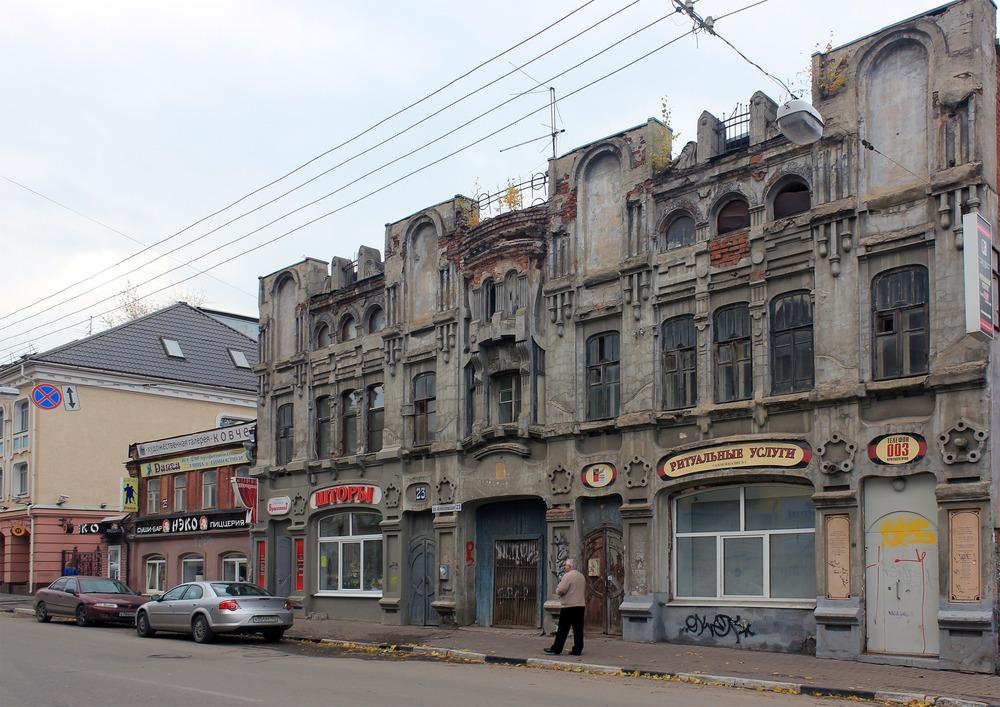 Дом Прядилова, 1910 год. На нем спрятались работы уличных художников, вписавшиеся в знание как будто так и было