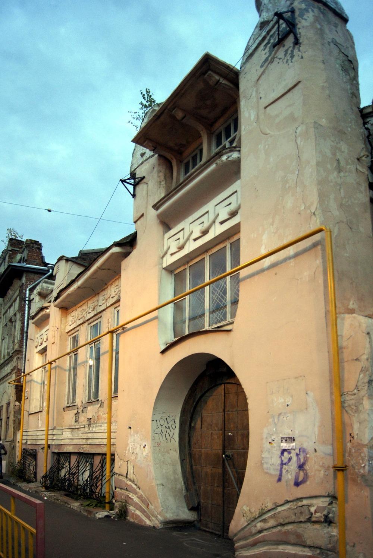 Игорный дом Троицкого, примерно 1907 год. 'Дом с подковой' и легендами о хозяине-шахматисте. Фигуры над дверью-подковой - это авгуры.