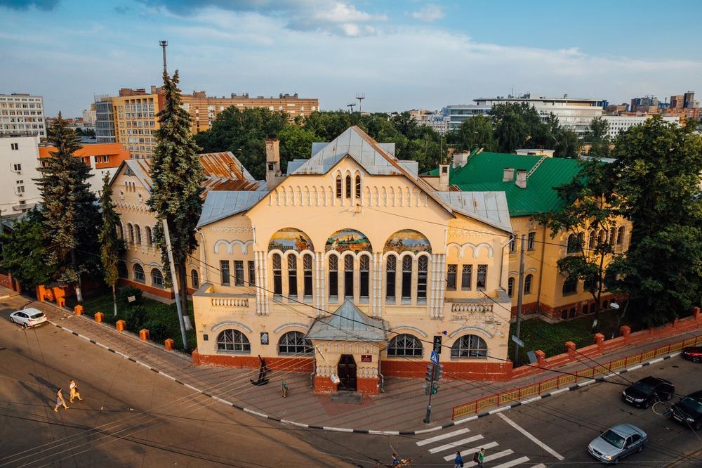 Крестьянский поземельный банк, начат в военном 1914м, открыт в начале 1917 и почти сразу переделан в клуб пионеров и разного детского творчества