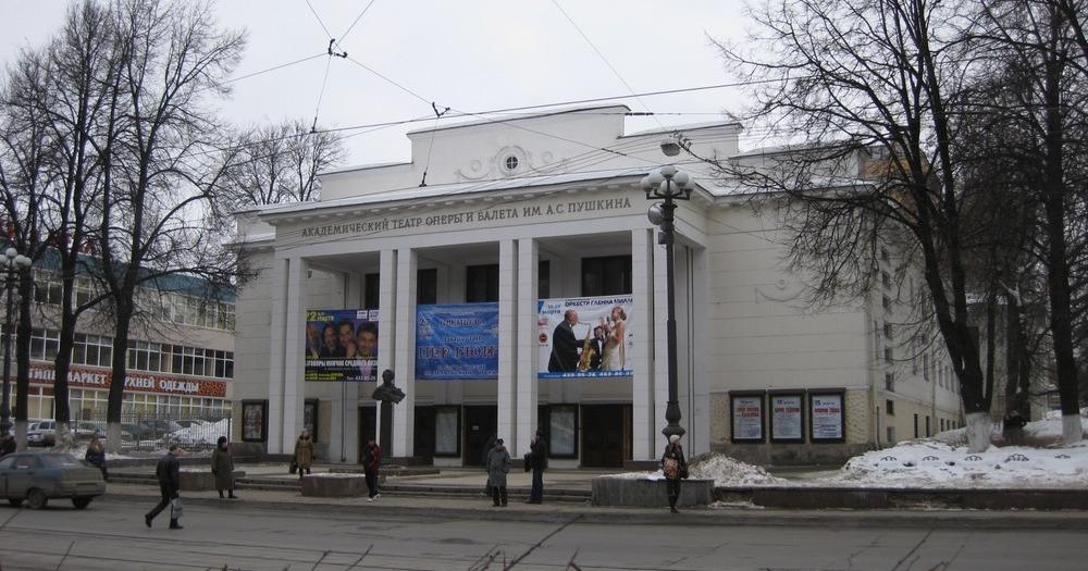 Оперный театр, бывший народный дом. Здание построено в 1903 году, в основе - не конструктивизм. В 1035 году перестроено так, как будто это тоже обогащённый конструктивизм, дом-загадка