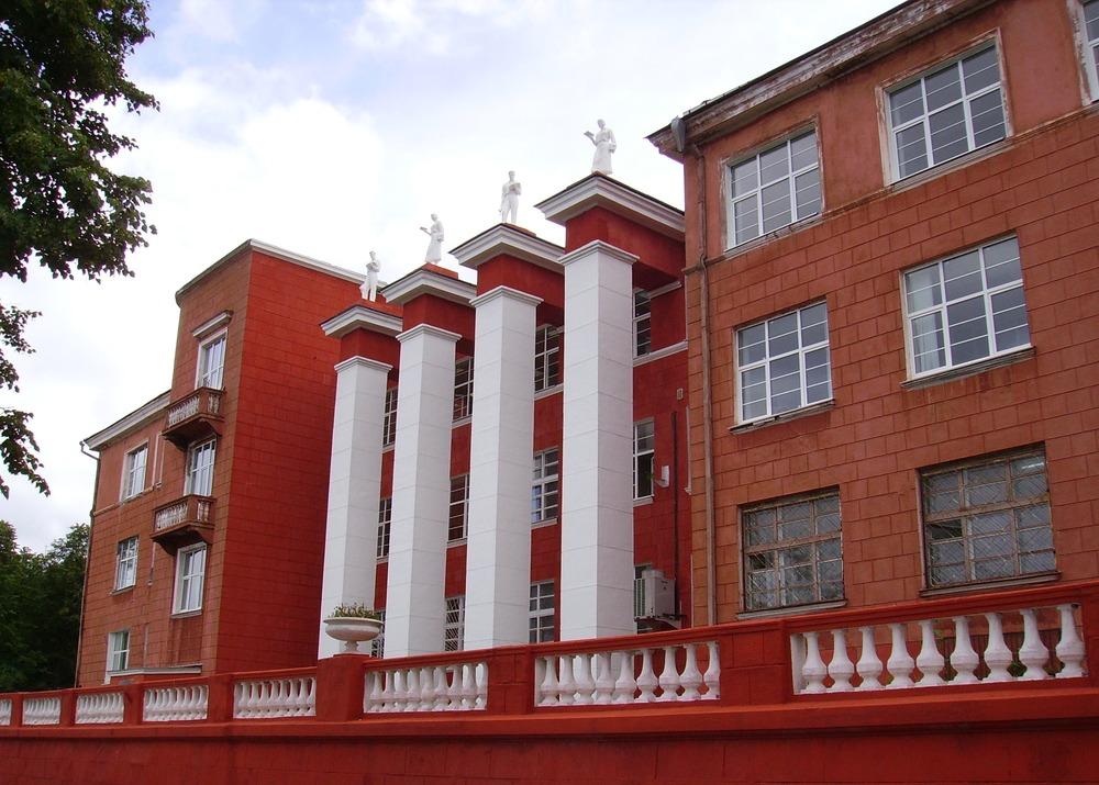 Политехнический институт, в 1929 был построен, в 1935 дополнен скульптурами, балконами и отделкой стен под камень