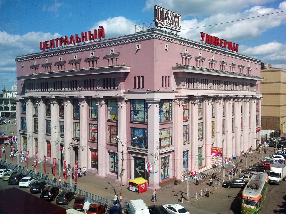 ЦУМ - здание 1938 года, обогащённое уже в 1954-м. Очень странная история конструктивистский проект эпохи борьбы с конструктивизмом, обогащён во время начала борьбы с излишествами