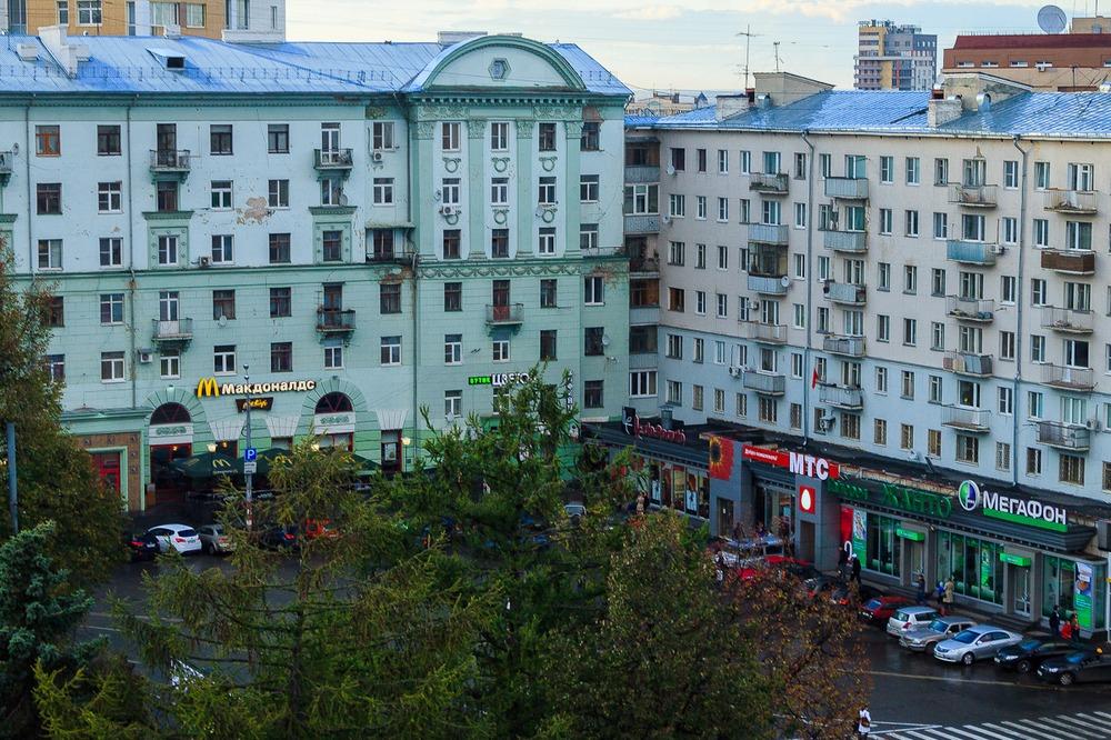 Дом с бывшим книжным магазином на площади Горького, в помещении которого теперь находится Макдоналдс