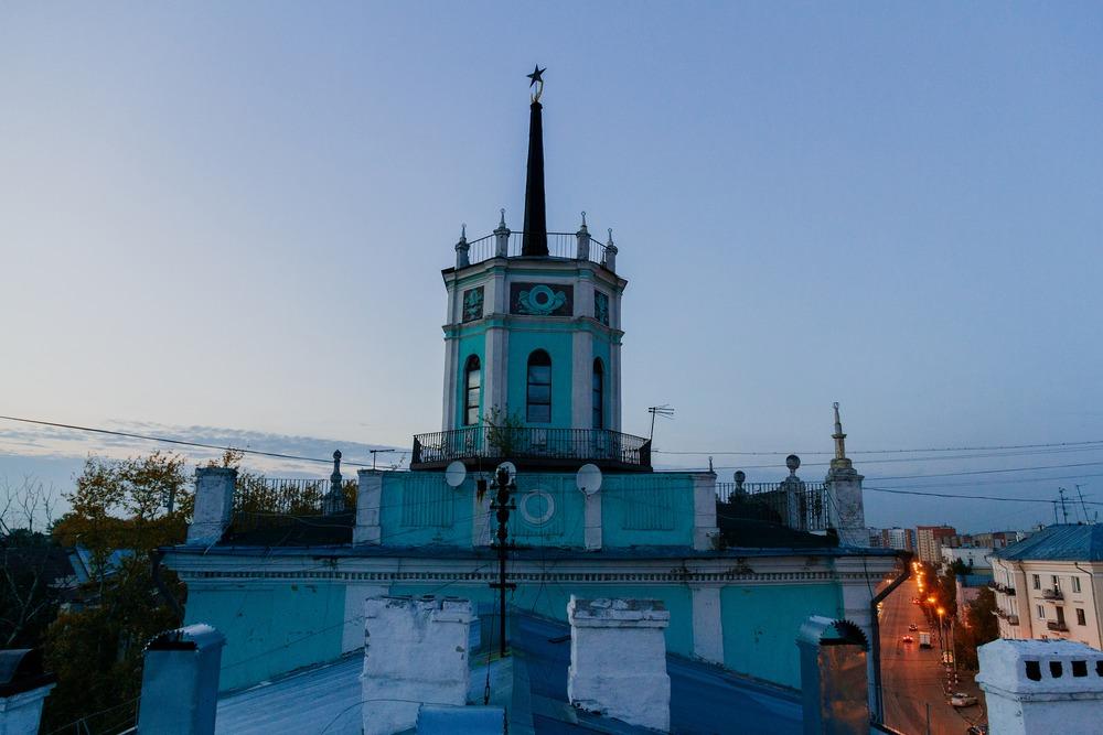 Дом со шпилем на улице Октябрьской революции