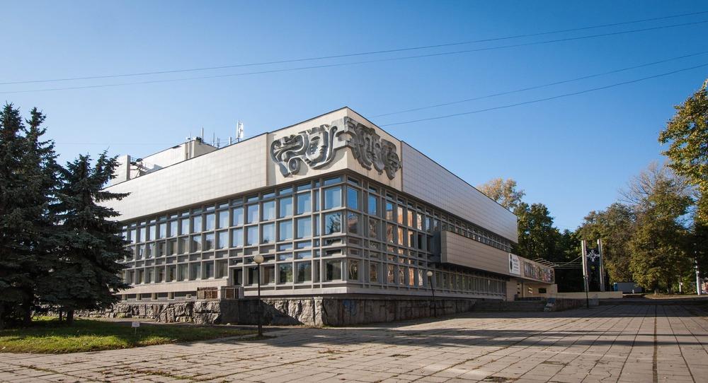 ТЮЗ 1978 года, остекление и ровные бетонные плоскости - самый пик стиля в Горьком