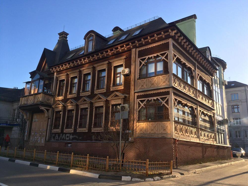 Деревянный дом, отстроенный полностью заново на улице Студеной с пристроенными к нему дополнительными помещениями