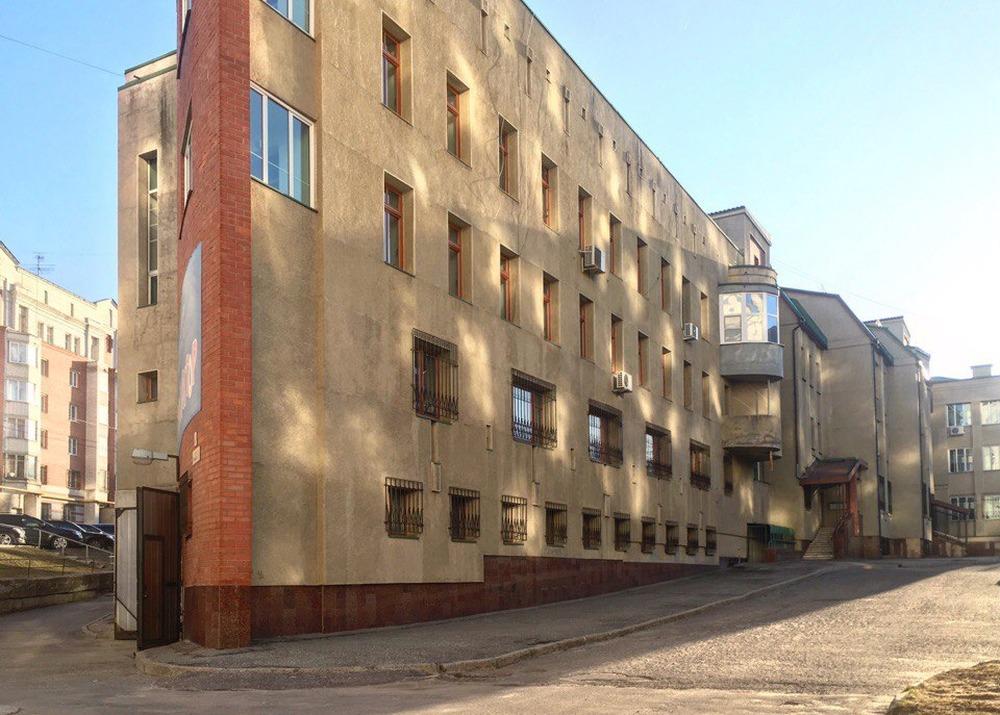 Дом-пила в глубине квартала между Студеной и Решетниковской, самый оригинальный в плане дом 1990-х