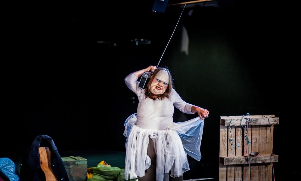 Новое прочтение классической греческой трагедии, спектакль без слов «Толстуха играет Медею»