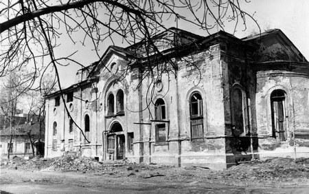 Церковь Трёх Святителей была построена в 1860 году в русско-византийском (псевдорусском) стиле