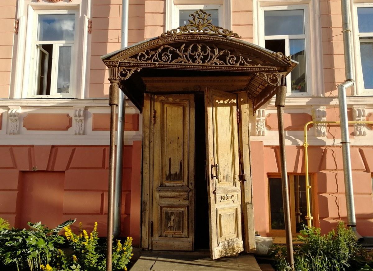 Вход в дом М. Е. Башкирова, Казбекский переулок, 4