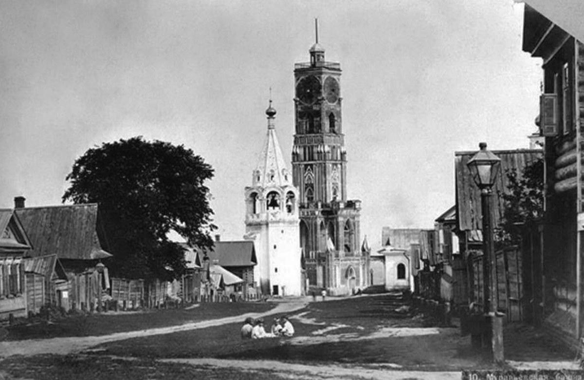 Вид с Гребешка. Рядом стоит ныне не существующая Одигитриевская церковь
