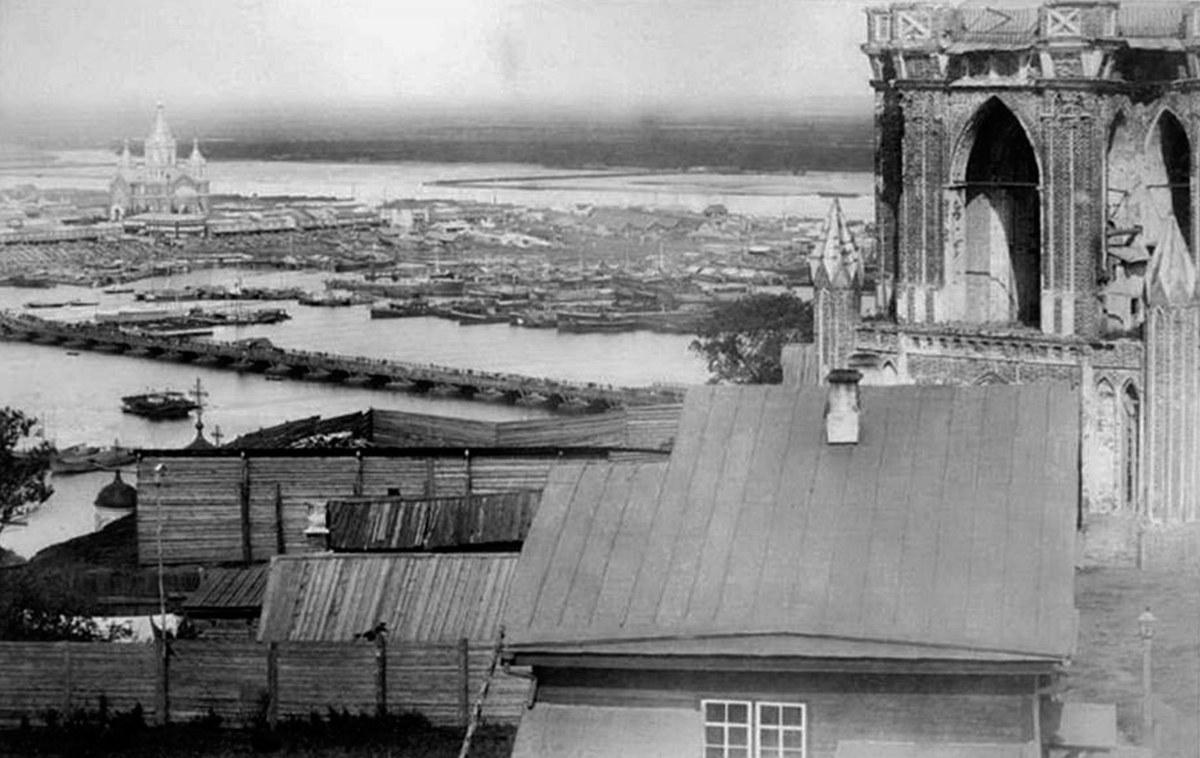 Вид с колокольни церкви, часть фото захватывает и Муравьевскую башню