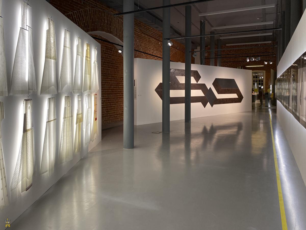 «Ателье рисовальщика» — это выставка трёх художников: Александра Константинова, Владимира Наседкина и Татьяны Баданиной