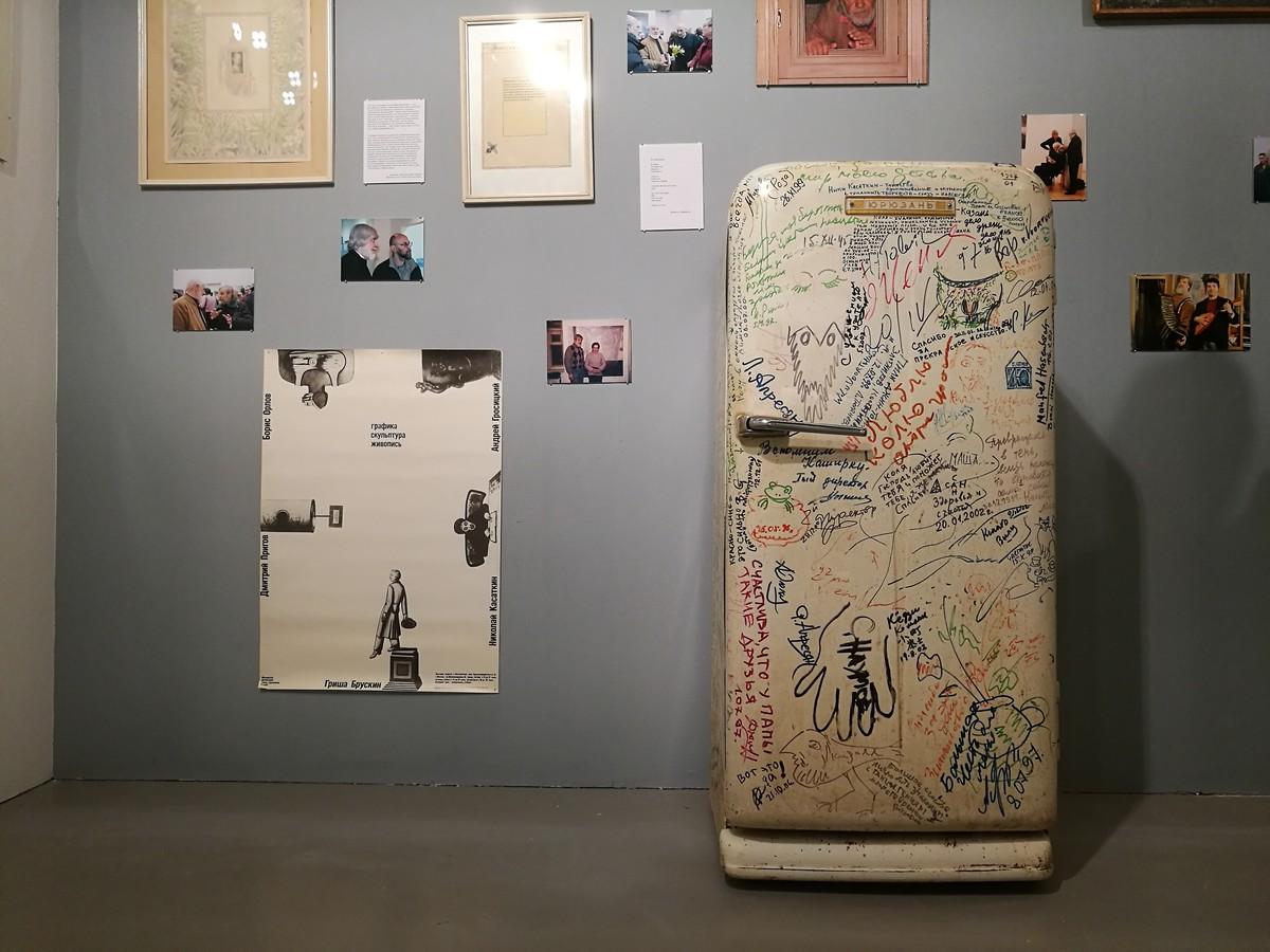 Также в «мастерской» художника стоит холодильник с автографами известных современников Касаткина, гостей и друзей семьи.