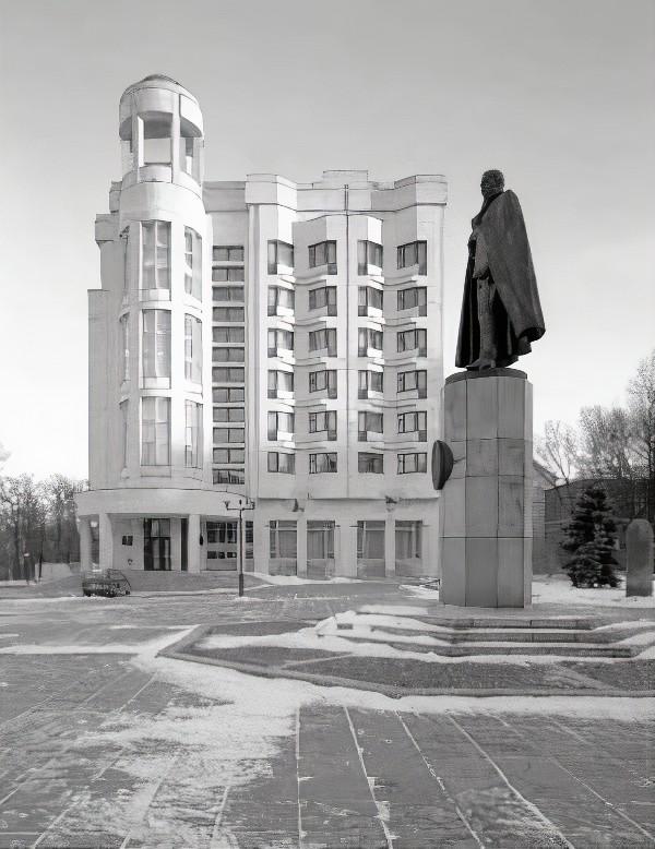 Ретро-фото гостиницы «Октябрьская» вскоре после постройки и установленный рядом памятник Петру Нестерову