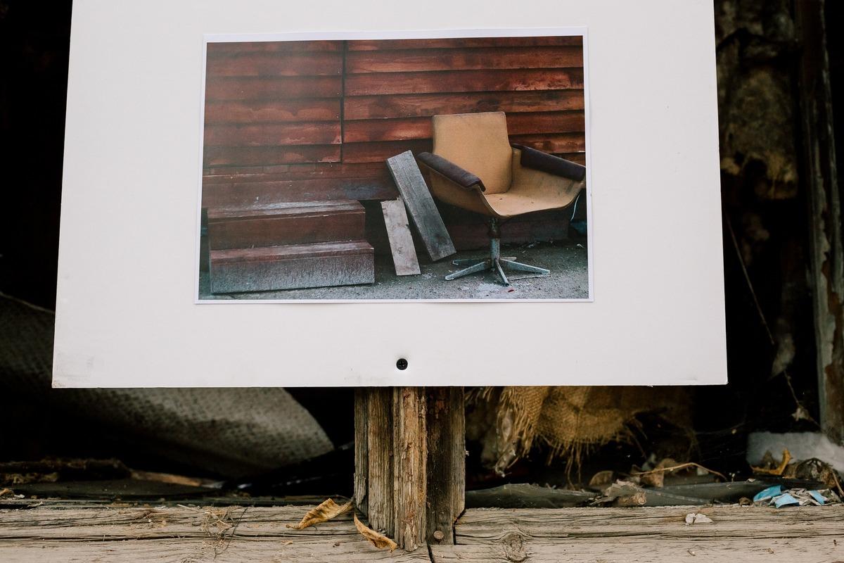 Работы повесили на стенах сгоревших деревянных домов