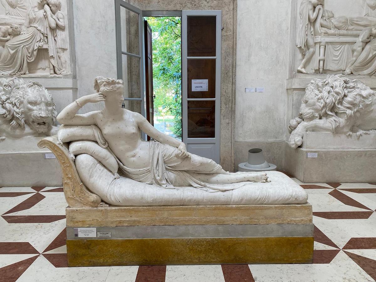 Гипсовая неоклассическая скульптура Полины Бонапарт в образе Венеры Победительницы (Venus Victrix). Мраморная версия статуи находится в коллекции Galleria Borghese в Риме