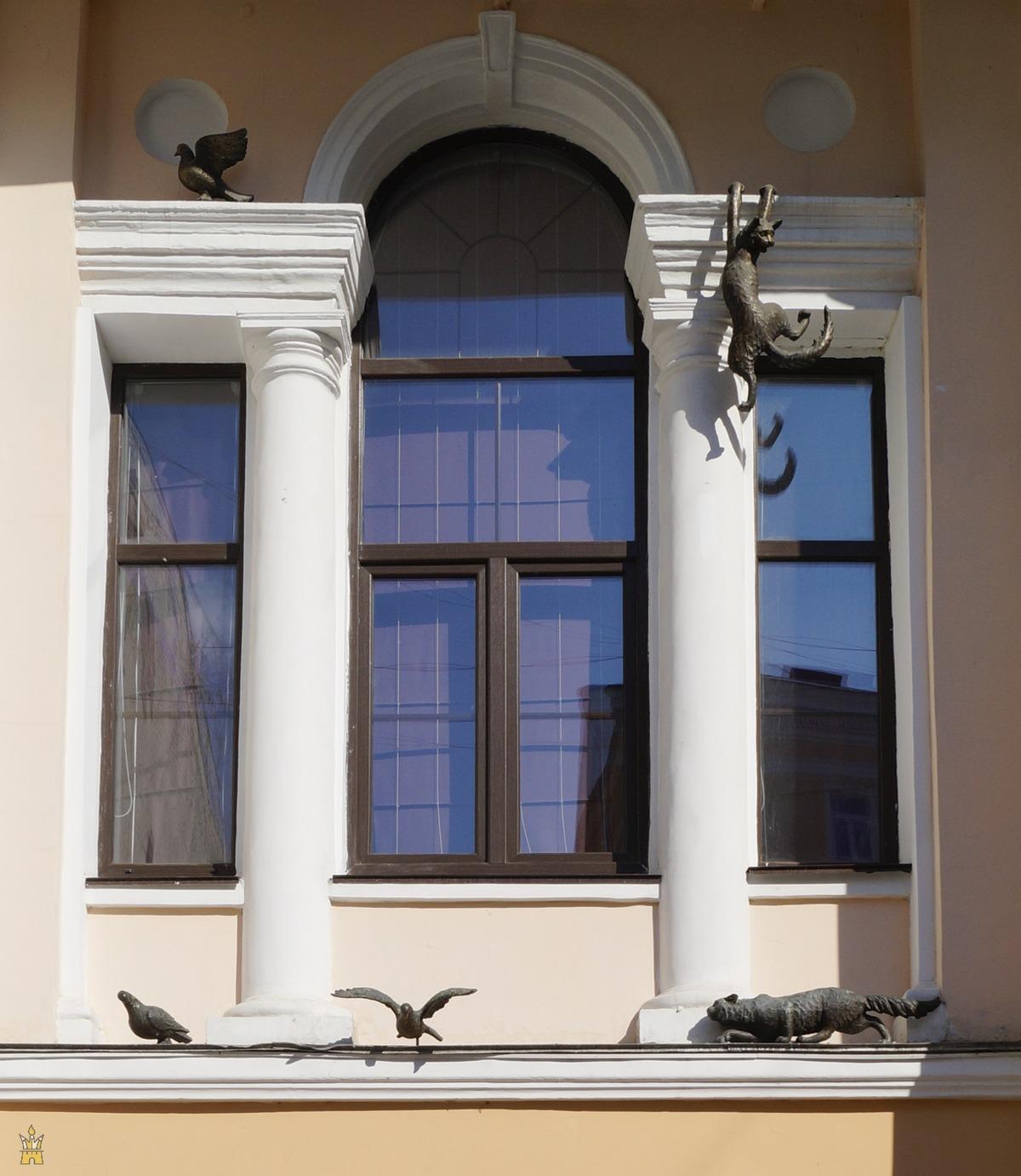 Особняк Костромина на Покровке. Детали фасада: кошки охотятся за птицами