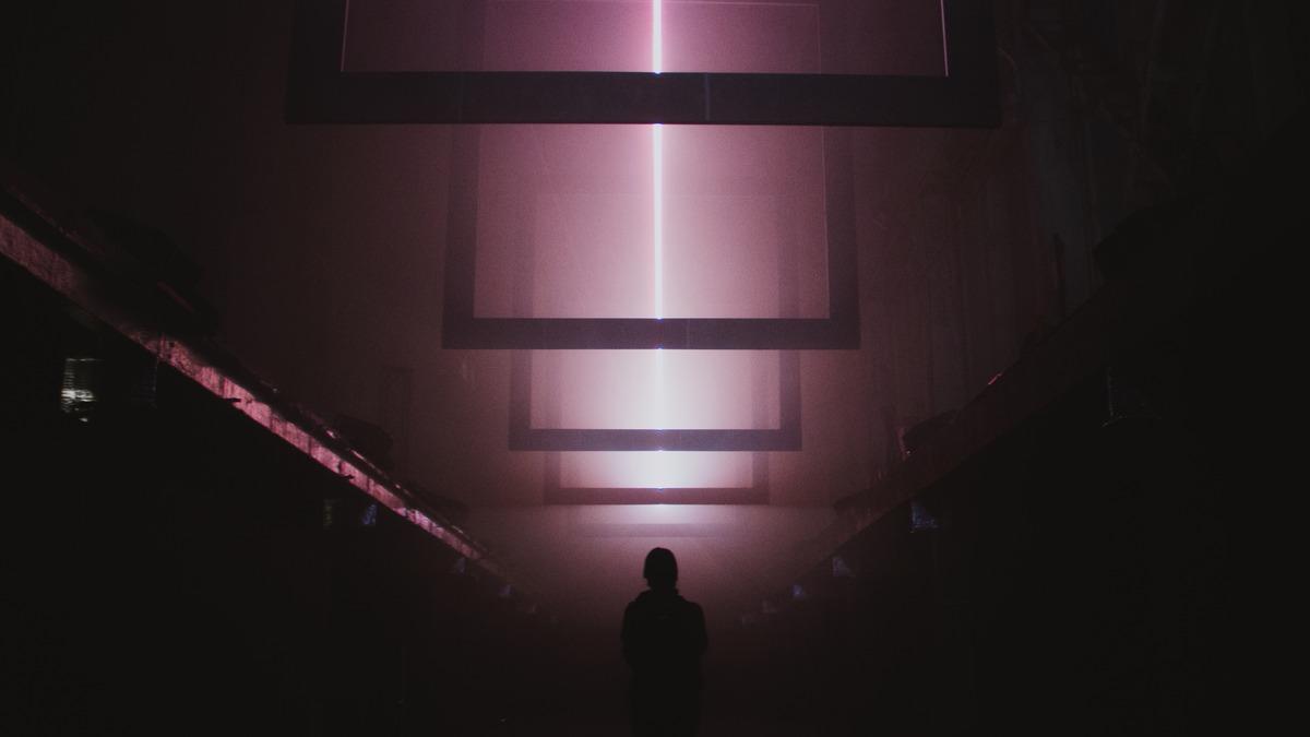 В пространстве ЦЕХ * в Нижполиграфе открылась аудиовизуальная инсталляция Arrival медиахудожников 404.zero: Кристины Карпышевой и Александра Лециуса