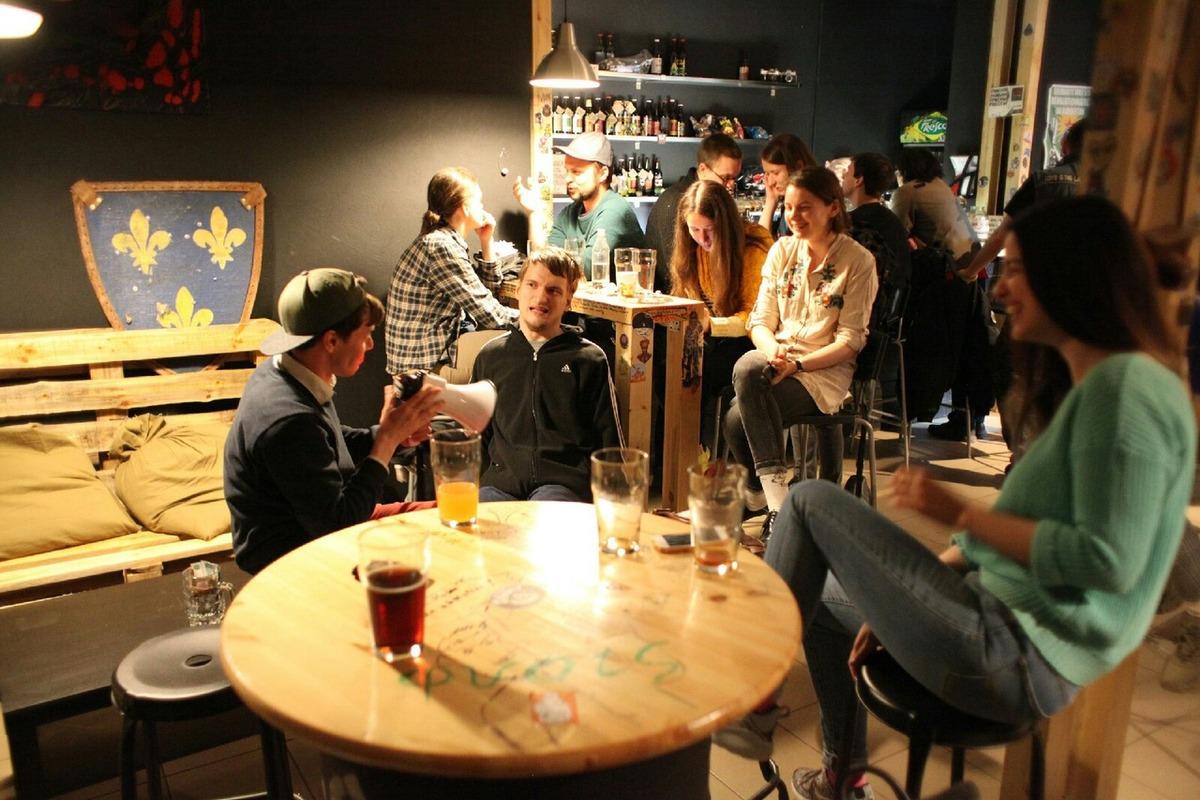 С показа снятого нижегородцами киноэссе «Инфракрасный май» в баре «Подсобка»