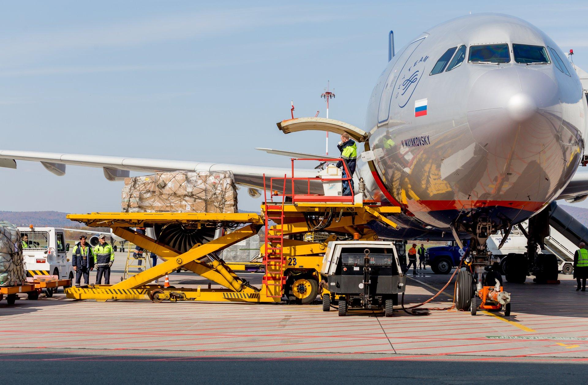 Преимущества авиаперевозок грузов по России